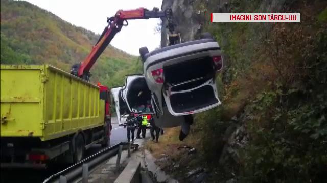 Accident cu 2 răniţi după ce un șofer a încercat să depășească în curbă în Defileul Jiului