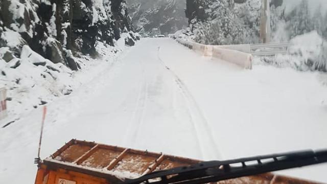 Iarnă în toată regula în Harghita. Drumarii au început deszăpezirea pe mai multe drumuri - Imaginea 4