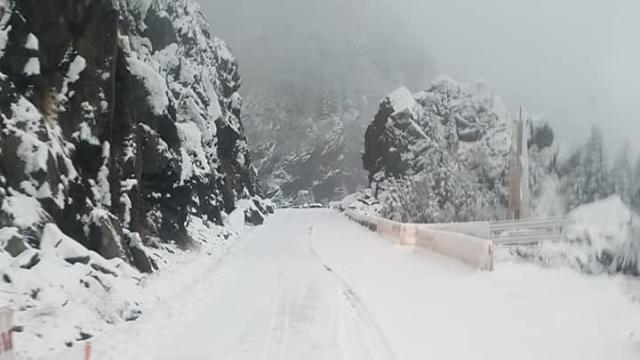 Iarnă în toată regula în Harghita. Drumarii au început deszăpezirea pe mai multe drumuri - Imaginea 5