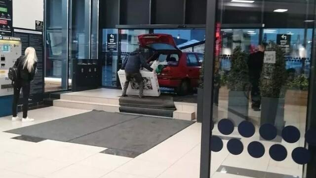 A intrat cu mașina într-un mall din Constanța ca să își ferească de ploaie noul televizor