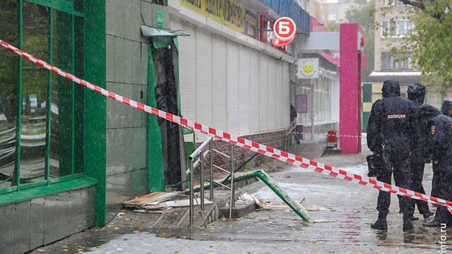 Momentul în care un hoț se aruncă în aer, în timp ce încearcă să jefuiască o bancă - Imaginea 3