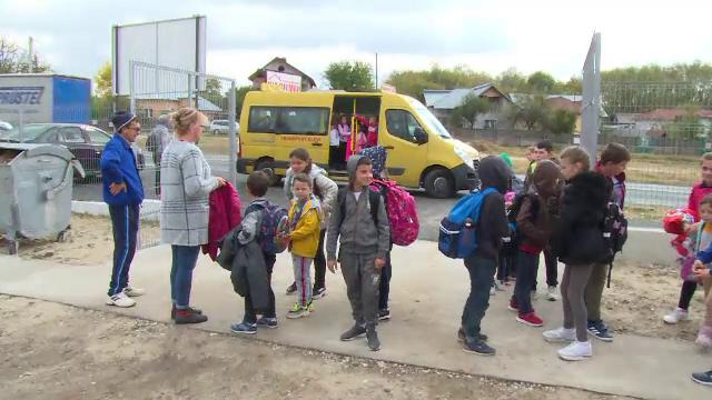 Caz revoltător. Comuna unde 210 copii fac naveta cu doar 2 microbuze școlare