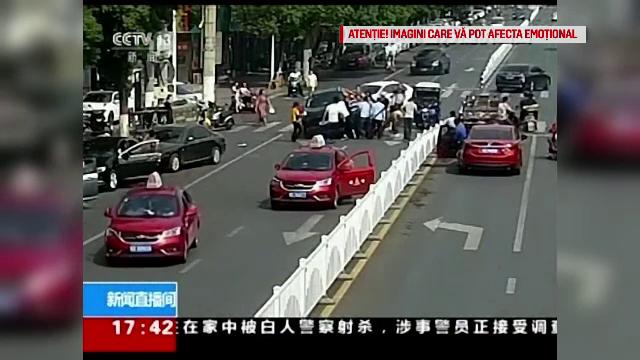 Accident șocant în China. O femeie a fost călcată de două mașini în câteva secunde - Imaginea 2