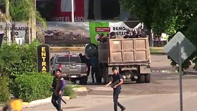 Oraș sub asediu după arestarea fiului lui El Chapo. S-au dus lupte ca în filme pentru a-l elibera - Imaginea 6