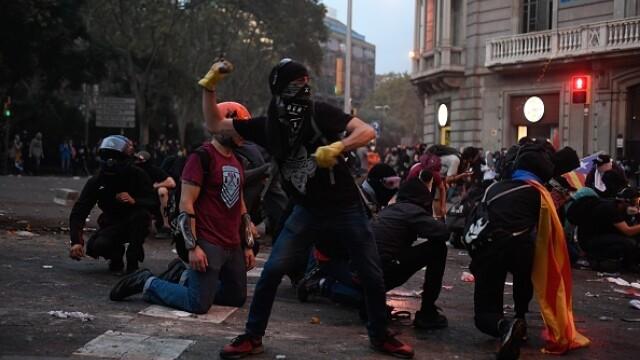 În Catalonia au avut loc cele mai violente proteste din ultimul deceniu: peste 200 de răniți - Imaginea 6