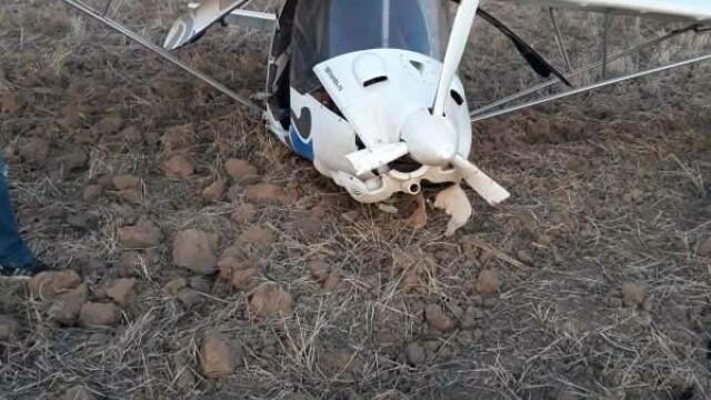 Un avion a aterizat forțat pe un câmp de lângă autostrada A1