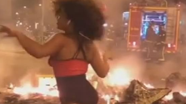 Tânără filmată în timp ce dansa provocator pe străzile incendiate, în Barcelona