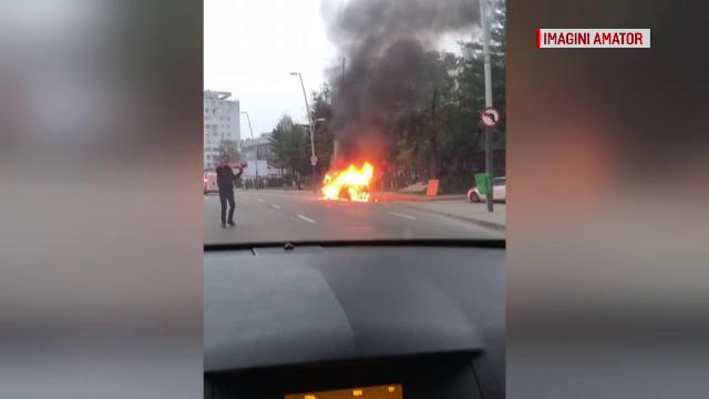 Clipe de panică în Bacău, după ce un autoturism a luat foc în centrul orașului - Imaginea 1