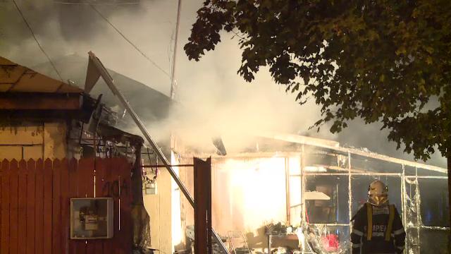Casă distrusă de flăcări în București. De la ce a izbucnit incendiul - Imaginea 1
