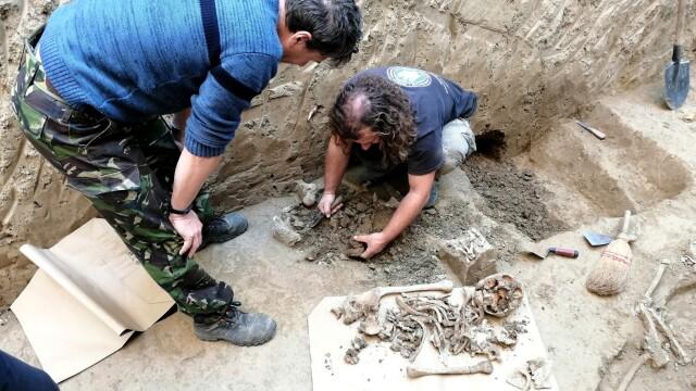 Morminte ale victimelor Securității, descoperite în Caransebeș. Ce s-a găsit la două dintre ele - Imaginea 3