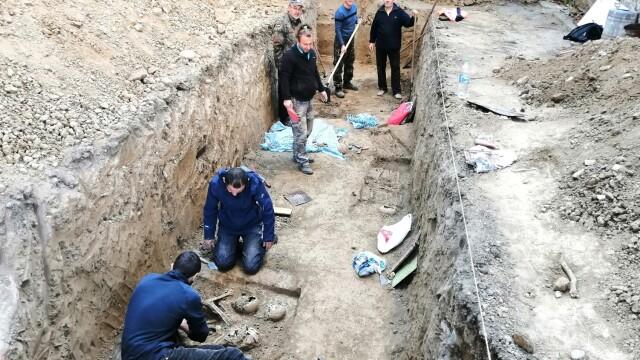Morminte ale victimelor Securității, descoperite în Caransebeș. Ce s-a găsit la două dintre ele - Imaginea 7