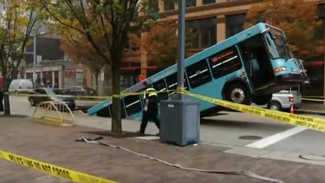 """Momentul în care un autobuz cu pasageri este """"înghițit"""" de asfalt"""