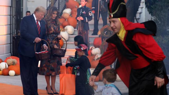 Halloween la Casa Albă. Cum și-au întâmpinat oaspeții Donald și Melania Trump. VIDEO - Imaginea 1