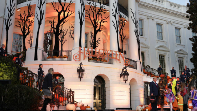 Halloween la Casa Albă. Cum și-au întâmpinat oaspeții Donald și Melania Trump. VIDEO - Imaginea 11