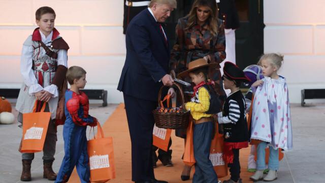 Halloween la Casa Albă. Cum și-au întâmpinat oaspeții Donald și Melania Trump. VIDEO - Imaginea 12