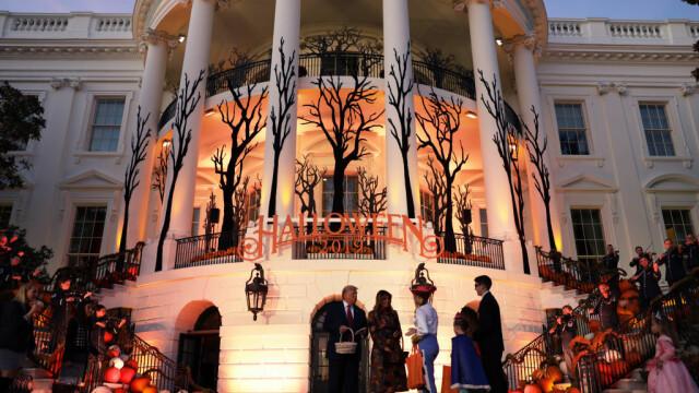 Halloween la Casa Albă. Cum și-au întâmpinat oaspeții Donald și Melania Trump. VIDEO - Imaginea 2
