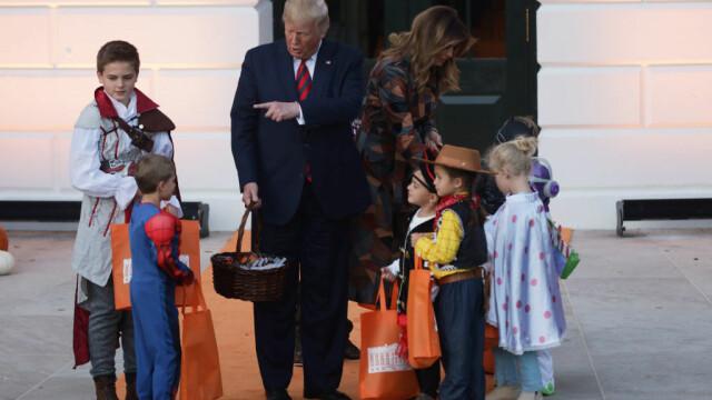 Halloween la Casa Albă. Cum și-au întâmpinat oaspeții Donald și Melania Trump. VIDEO - Imaginea 3