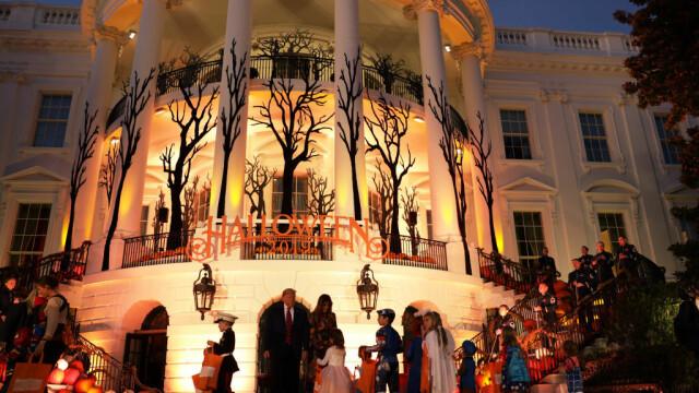 Halloween la Casa Albă. Cum și-au întâmpinat oaspeții Donald și Melania Trump. VIDEO - Imaginea 4