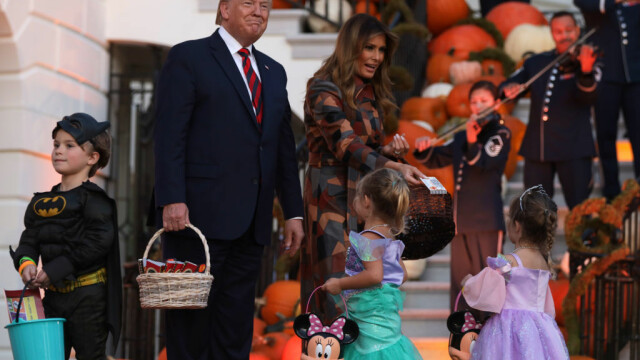 Halloween la Casa Albă. Cum și-au întâmpinat oaspeții Donald și Melania Trump. VIDEO - Imaginea 5