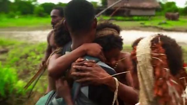 Un copil a fost condamnat la moarte de tribul său canibal. Ce s-a întâmplat după