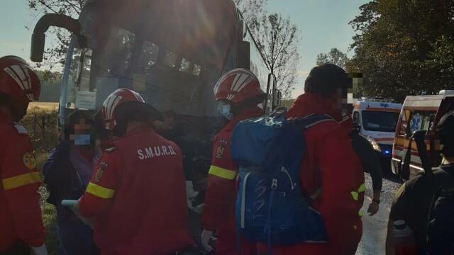 Un autocar plin cu oameni și o dubă s-au ciocnit în Argeș. Opt persoane sunt rănite - Imaginea 2