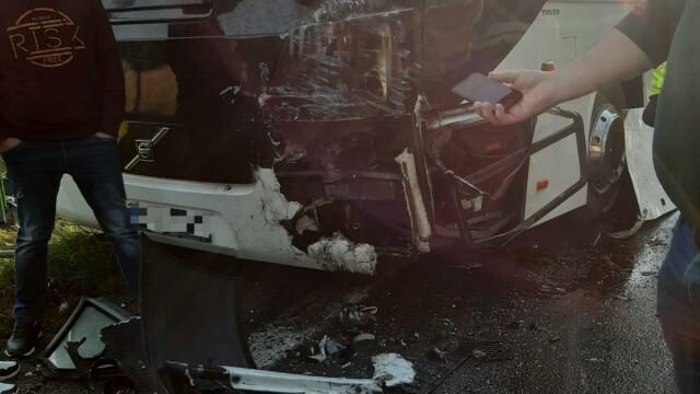 Un autocar plin cu oameni și o dubă s-au ciocnit în Argeș. Opt persoane sunt rănite - Imaginea 4