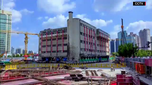 """Chinezii au mutat o clădire de patru etaje, cu ajutorul unor """"picioare"""" robotizate"""