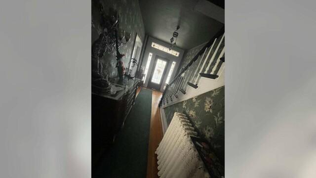 FOTO Casă bântuită, scoasă la vânzare. Proprietara susține că există nouă spirite în subsolul locuinței - Imaginea 4