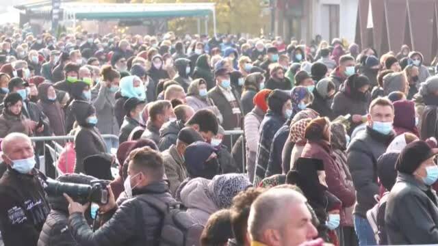 Mii de persoane au stat la coadă pentru a atinge moaștele Sfintei Parascheva - Imaginea 3