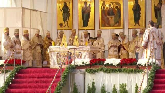 Mii de persoane au stat la coadă pentru a atinge moaștele Sfintei Parascheva - Imaginea 5