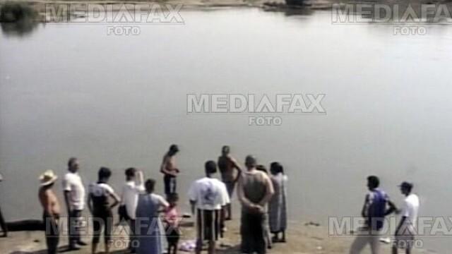 Bebelusul gasit luni intr-un lac din Arges traia cand a fost aruncat