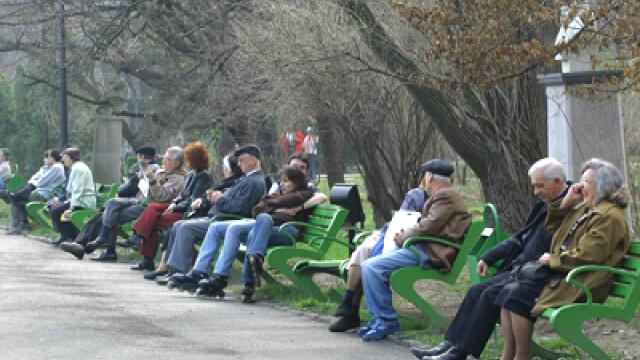 Oamenii se relaxeaza in parc