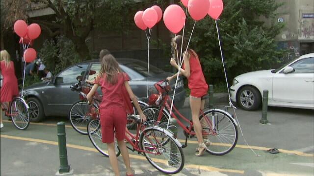 30 de fotomodele pe biciclete! Au sucit gatul trecatorilor - Imaginea 3
