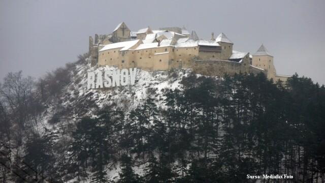 Alpinist utilitar, ranit dupa ce a cazut de pe Cetatea Rasnov in timp ce monta un banner