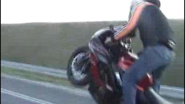 A intrat cu motocicleta intr-o masina. A scapat, dar plateste pagubele