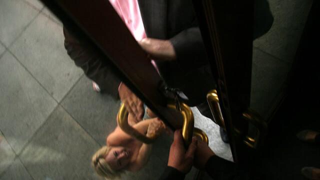 O ucraineanca topless i-a luat fata lui Paris Hilton. FOTO si VIDEO - Imaginea 5