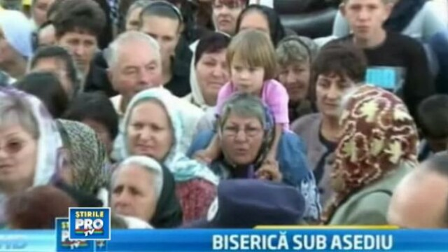Lupte corp la corp la sfintirea unei biserici din Arad. Sute de femei au uitat sa fie evlavioase