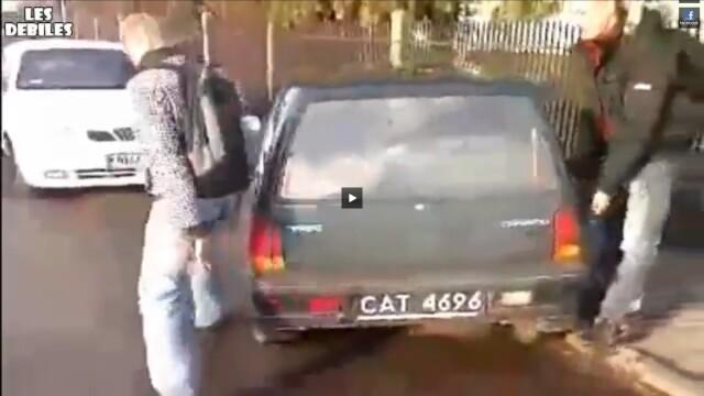Doi barbati parcheaza o masina pentru femei. VIDEO