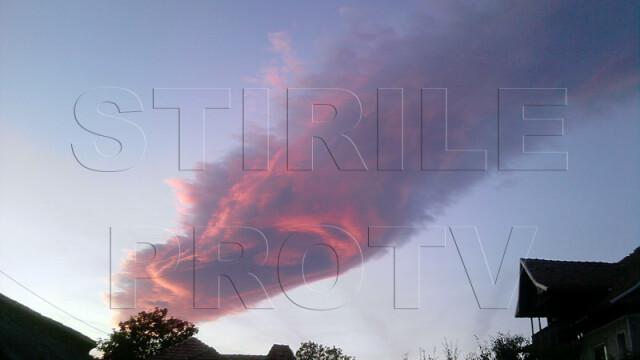 UPDATE: Spectacol pe cer in doua judete din Romania. Formele spectaculoase oferite de nori - Imaginea 2