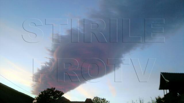 UPDATE: Spectacol pe cer in doua judete din Romania. Formele spectaculoase oferite de nori - Imaginea 3