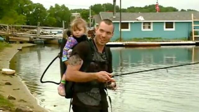 A pescuit dintr-un rau o soseta. Ce a gasit cand s-a uitat in ea. FOTO