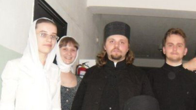 Imaginea zilei pe internet. Cum s-au pozat cativa preoti din Rusia si enoriasii lor. FOTO