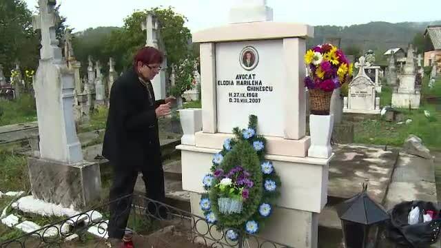 Elodia Ghinescu ar fi implinit 45 de ani. Rudele i-au facut parastas si au plans la \