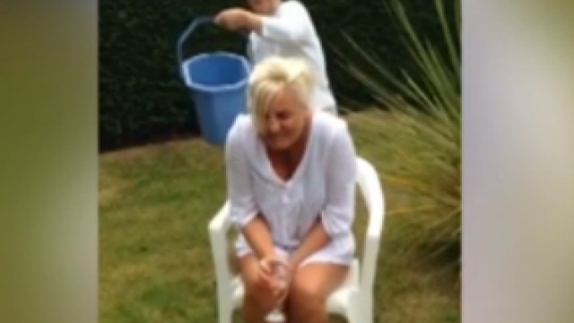 A raspuns provocarii Ice Bucket Challenge si a fost suspectata ca si-a rupt gatul. Accidentul grav suferit de o femeie. VIDEO