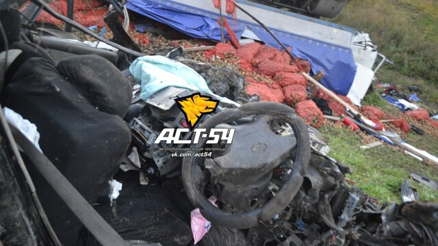 Accident oribil in Rusia: doua tinere au murit ingropate in cartofi. IMAGINILE SOCANTE surprinse de echipajul de descarcerare - Imaginea 3