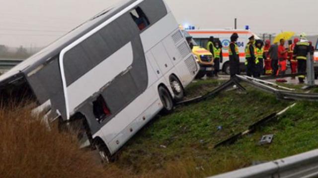 ANIMATIE GRAFICA. Filmul accidentului din Ungaria, in care 13 romani au fost raniti. Ce au povestit pasagerii - Imaginea 5
