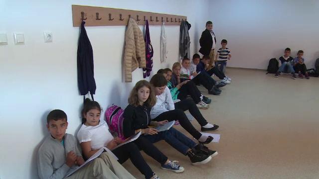 Au construit scoala, dar au uitat sa cumpere banci si scaune. Zeci de elevi, umiliti si pusi sa invete pe parchet