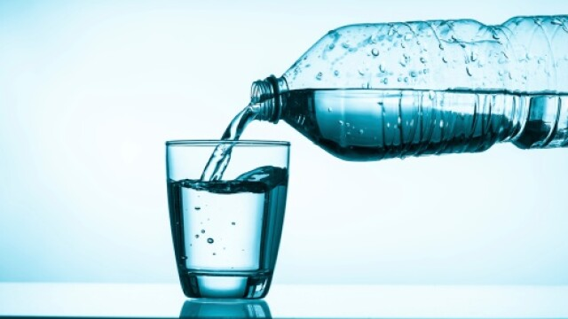 Apa imbuteliata, un posibil pericol pentru sanatate. Ce trebuie sa verificam de fiecare data cand cumparam astfel de sticle