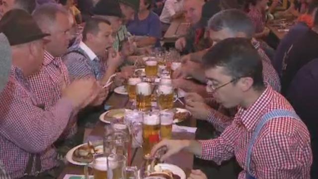 Sibiul petrece nemteste. A inceput CibinFest, sarbatoare unde s-au pregatit 50.000 de litri de bere si tone de delicatese