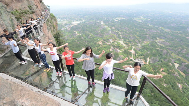 Primul pod suspendat, din sticla, din China a fost inaugurat. Structura se clatina usor la deplasarea turistilor. FOTO